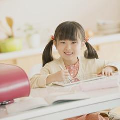 タブレットPCで勉強をする女の子