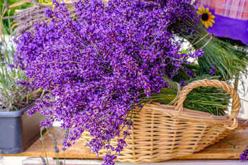 Bouquets de lavande dans le panier. Marché provençal.