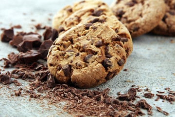 Photo sur Plexiglas Biscuit Chocolate cookies on grey table. Chocolate chip cookies shot