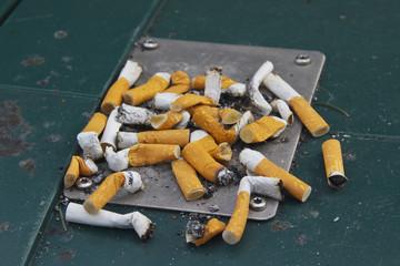 Aschenbecher mit Zigaretten