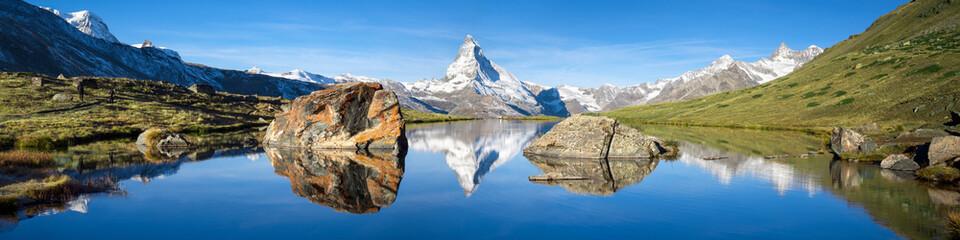 Stellisee und Matterhorn Panorama in den Schweizer Alpen Wall mural