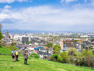 新緑の丘から眺める住宅街