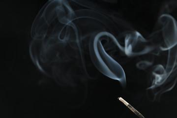 siyah arkaplanda tütsü dumanı