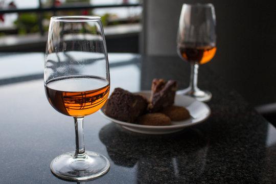Bolo de Mel da Madeira (Honigkuchen aus Madeira) und Madeira-Wein