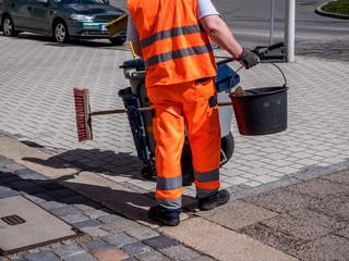 Straßenkehrer macht seinen Job