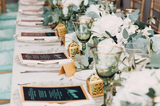 Wedding table decor in white green tones