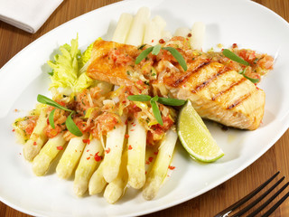 Lachs auf Spargel und Gemüse