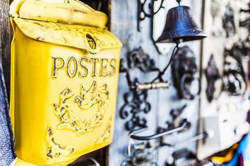 Boite à lettres poste en métal jaune