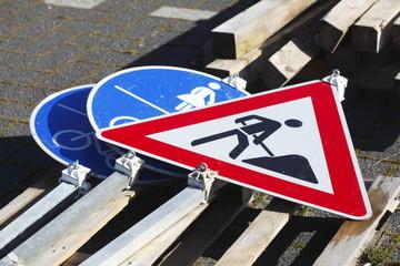 Am Boden liegende Verkehrsschilder