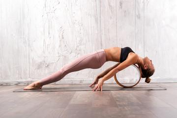 Young fit woman doing purvottanasana yoga pose Fototapete