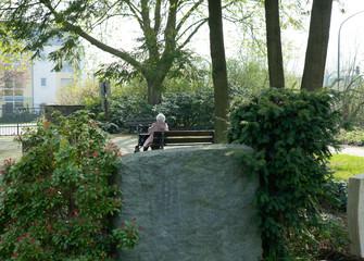Besucherin auf dem Friedhof