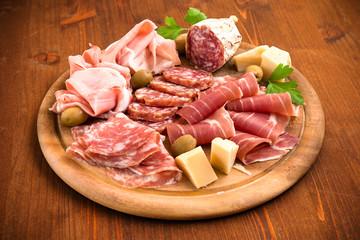 Tagliere con salumi, prosciutti e formaggi