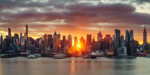 Wall Mural - Cloudy sunrise over Manhattan, New York