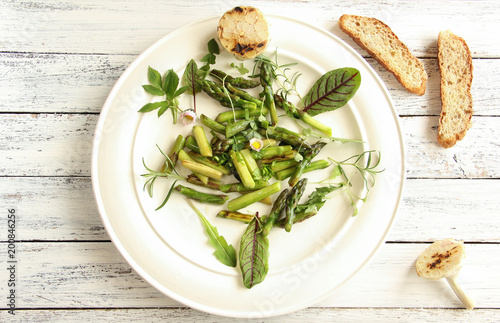 Spargel Salat Grun Gruner Spargelsalat Teller Tisch Wildkrauter