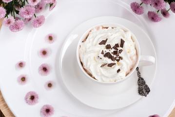Heiße Schokolade mit Sahne und Schokoladenplättchen