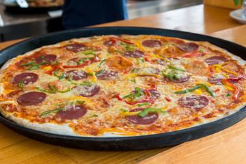 Paprika Pizza mit Salami