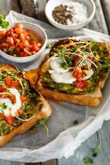 Toast ou Tartine à l' Avocat, Oeuf Poché et Salade de Tomates
