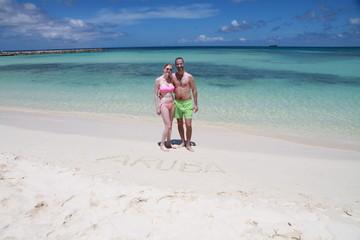 Couple maillot bikini rose vert aruba plage turquoise