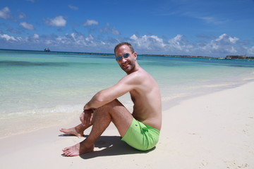 Homme maillot vert aruba plage