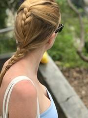 Belle jeune femme blonde avec une tresse dans les cheveux