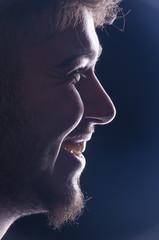 Profilo di ragazzo sorridente