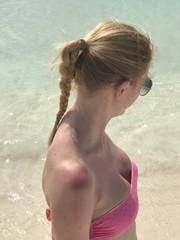 Femme en bikni décolleté sexy rose