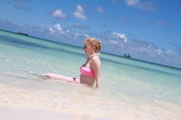 Femme à la plage de profil