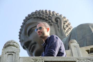 Homme devant un buddha