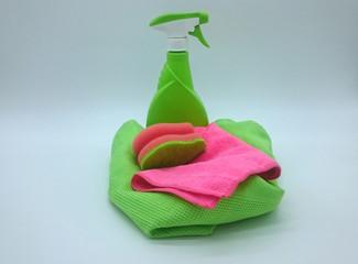 Sprühflasche mit Trockentuch, Staubtuch und Spülschwamm in grün und pink