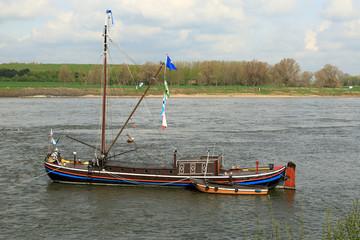 Aalschokker auf dem Rhein bei Monheim