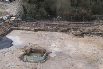 Baugrube mit Entwässerung zur Vorbereitung des Fundaments eines Gebäudes