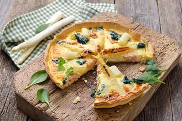 Leckerer Tarte mit frischem weißem Spargel, Räucherlachs und Spinat - Baked quiche with fresh white asparagus, smoked salmon and spinach