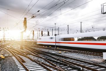 Zug durchquert Frankfurter Bahnhof