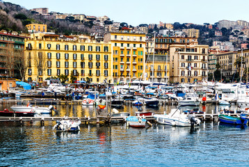 Der malerische Yachthafen Santa Lucia in Neapel, Campania, Italien, Europe