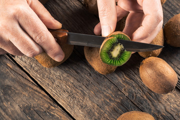Cleaning and slicing kiwi