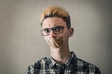 ragazzo con il nastro adesivo per pacchi sulla bocca