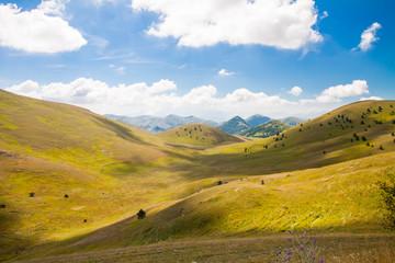 fra le verdi montagne del parco nazionale degli abruzzi in una giornata con le nuvole