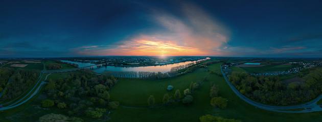 Der Rhein vor Worms Luftbildaufnahme im Sonnenuntergang, volle 360°