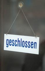 geschlossen-Schild in einer Ladentür