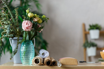 Photo of florist room with vase of flowers on table