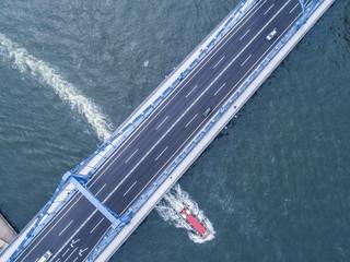 旅客船と橋。上空撮影。