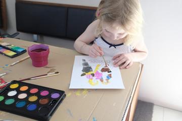 blondes mädchen beim malen mit wasserfarben