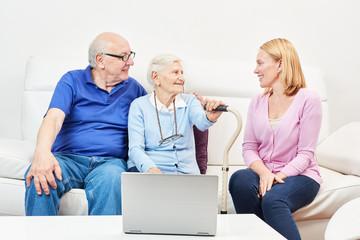 Senioren Paar mit Laptop Computer im Altenheim