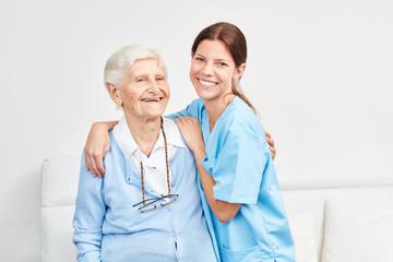 Pflegedienst Frau und glückliche Seniorin