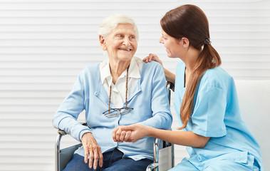 Pflegedienst Frau bei der Betreuung einer Seniorin