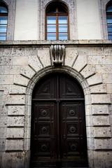 Ein Eingangstor in einer Hauswand
