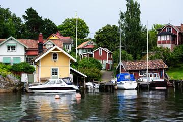 Schwedische Häuser mit kleinem Hafen