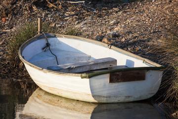 Barca varada en la orilla de Menorca