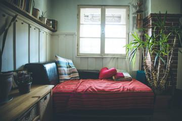Wohnraum: Jugendzimmer mit Sofa und Fenster
