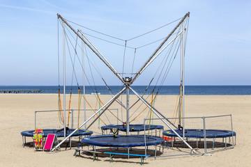 Trampolin-Bungee am Strand in Travemünde, Deutschland